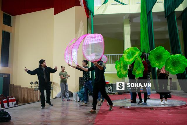 Sau đó, dưới sự chỉ đạo của NSƯT Tống Toàn Thắng, các diễn viên duyệt lại toàn bộ chương trình. Nghệ sĩ xiếc bây giờ không chỉ làm những động tác chuyên môn, họ còn múa và dàn cảnh để thu hút và giữ chân khán giả.