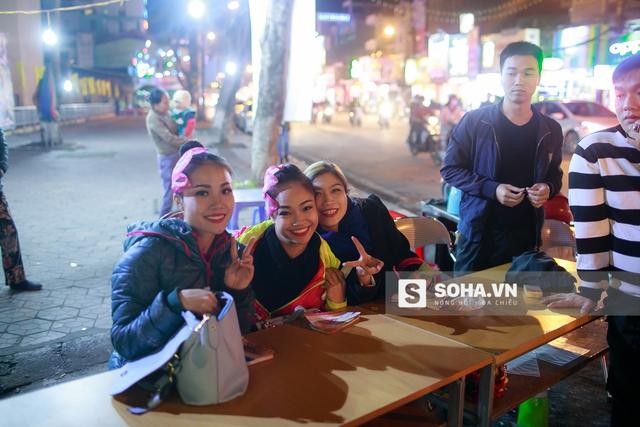 Nụ cười rạng rỡ của ba nữ diễn viên xiếc khi những tấm vé cuối cùng được bán ra. Đối với họ, có khán giả là động lực lớn nhất cho mỗi đêm diễn.