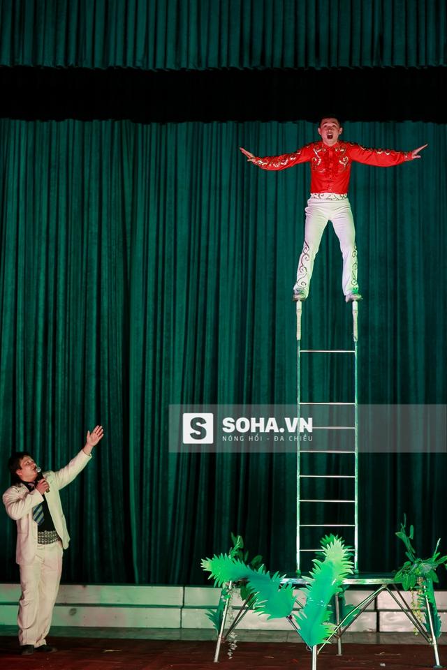 Giữ thăng bằng trên thang, đây là lý do khiến các đạo cụ phải do tự tay các diễn viên xiếc chuẩn bị. Chỉ có họ mới hiểu rõ nếu không cẩn thận, hậu quả đáng tiếc gì sẽ xảy ra.