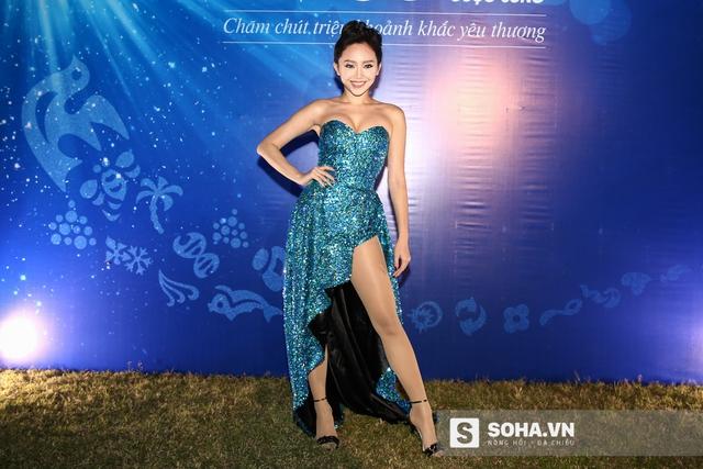 Tối 18/10, tại Hà Nội, chương trình Đại nhạc hội với sự góp mặt của nhiều ca sĩ tên tuổi đã thu hút được gần 30 nghìn khán giả. Trong đó, Tóc Tiên xuất hiện nổi bật với chiếc váy cúp ngực gợi cảm.