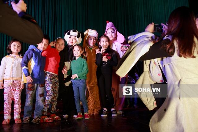 Khi đêm diễn kết thúc cũng là lúc các khán giả nhí ùa lên sân khấu, ai cũng muốn được chụp ảnh chung cùng các diễn viên.
