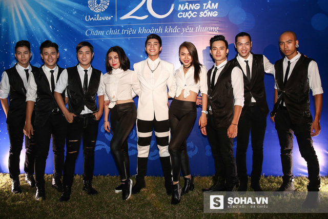 Noo Phước Thịnh cùng vũ đoàn của mình.