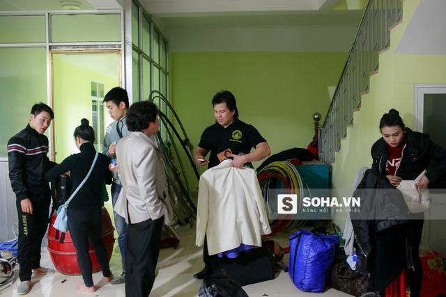 Đoàn dọn dẹp hành trang để chuẩn bị lên xe trở về Hà Nội ngay trong đêm. Ngày mai, họ sẽ trở lại cho đêm diễn tiếp theo. Một số người không vướng bận thì chọn ở lại để tiết kiệm sức lực khi di chuyển.