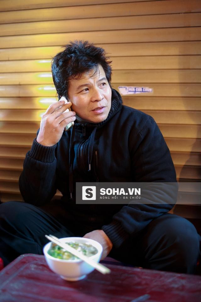 Nghệ sĩ Tống Toàn Thắng bên tô phở nóng lúc 12h đêm. Anh đang gọi điện thoại cho vợ để dặn chị để cửa.