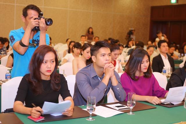 Cả ba rất chăm chú khi nghe về những thay đổi của Liên hoan năm nay. Với khẩu hiệu Điện ảnh Việt Nam - Dân tộc, Nhân văn, Sáng tạo, Hội nhập, những phim tham gia tranh giải sẽ được tuyển chọn vào hai hạng mục: Phim dự thi và phim chiếu trong chương trình toàn cảnh.