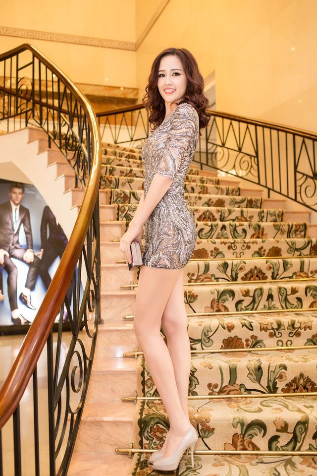 Chiếc váy của nhà thiết kế Hoàng Hải giúp người đẹp khoe được đôi chân dài và số đo ba vòng đáng mơ ước.