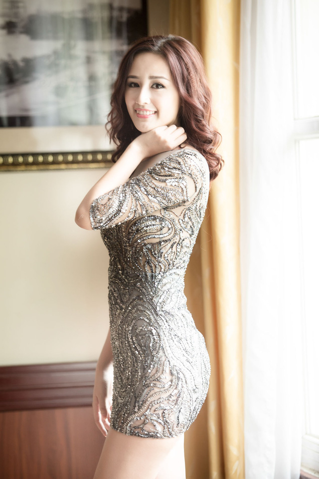 Nhà thiết kế trẻ tuổi chia sẻ, chiếc váy đặc biệt được đính kết trong vòng một tuần trước khi đến tận tay Hoa hậu.