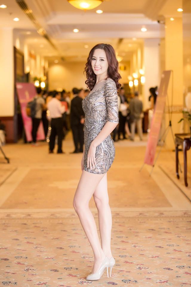 Cô được xếp vào danh sách những chân dài chịu chơi nhất V-biz với kho trang phục và phụ kiện khổng lồ, tốn kém.