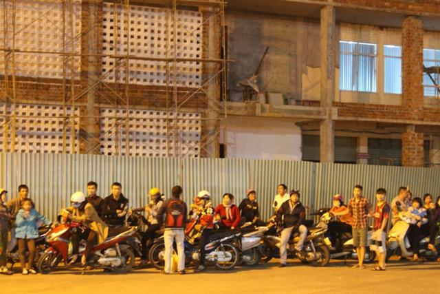 Người dân tập trung rất đông tại khu vực cổng sân bay Đà Nẵng.