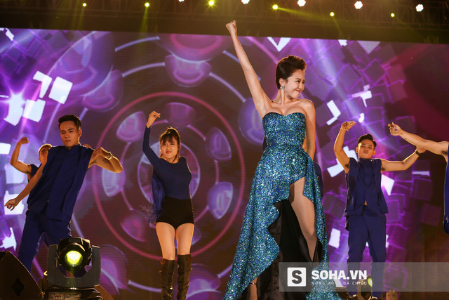 Trên sân khấu, Tóc Tiên cũng trình diễn rất bốc lửa. Cô đem đến hit quen thuộc Ngày Mai và tự tin thể hiện vũ đạo cùng nhóm nhảy của mình.