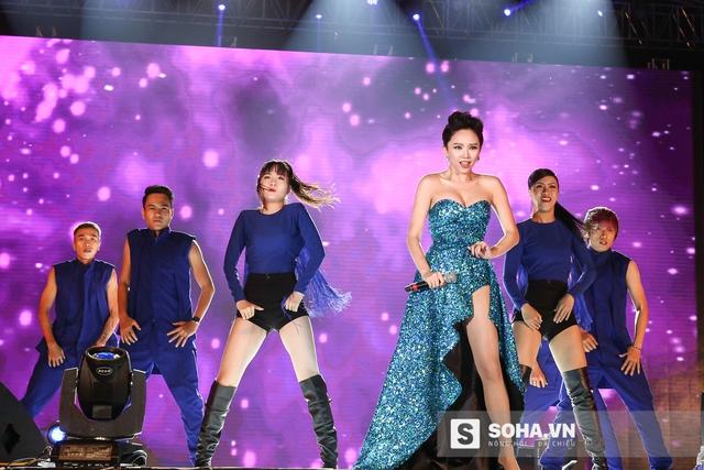 Không chỉ hát hay nhảy đẹp, thần thái của Tóc Tiên còn rất sáng sân khấu. Điều này giúp cô trở thành mỹ nhân nổi bật nhất trong Đại nhạc hội.
