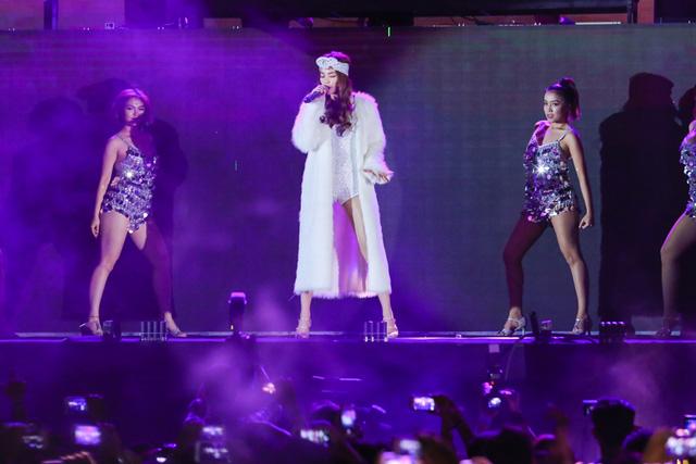 Tại chương trình, cô đã biểu diễn rất nhiều ca khúc sôi động, bốc lửa.