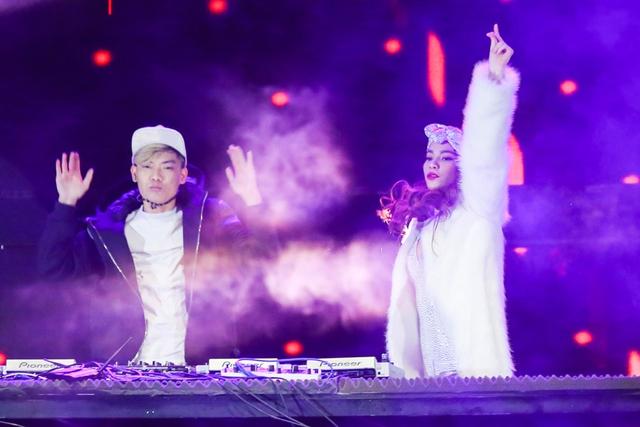 Hà Hồ cực sung bên cạnh DJ trẻ.