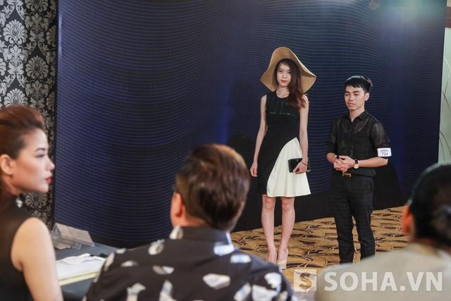Cô cùng ba vị giám khảo chất vấn những thí sinh có mặt trong buổi casting tại Hà Nội.