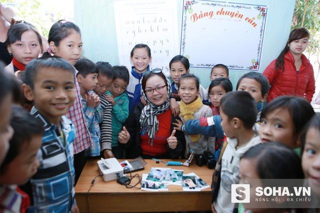 Hoạt động in ảnh, tặng ảnh miễn phí của Nhóm Sống Hướng Thiện là hoạt động thu hút sự quan tâm của các em nhỏ ở những nơi đoàn đến