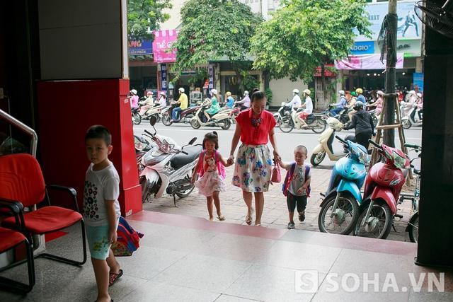8h sáng, Thảo Hương đưa con đến trường. Trường học của hai đứa trẻ nằm đối diện nhà. Hai bé sẽ ăn sáng tại trường nên bà mẹ trẻ không phải lo khoản nấu nướng vào buổi sáng.