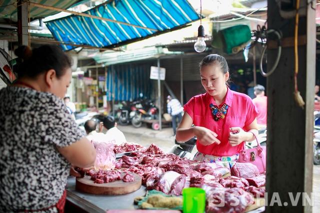 Sau đó, chị rẽ qua một khu chợ ở gần nhà. Cũng như những bà mẹ khác, lên thực đơn cho gia đình mỗi ngày để các con có một chế độ dinh dưỡng phù hợp và đầy đủ là việc Thảo Hương mất rất nhiều tâm sức.