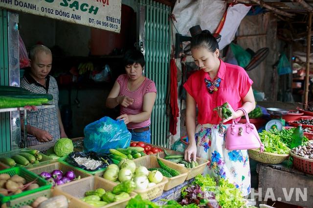 Nếu ngày nào bận quá, không có đủ thời gian để đi chợ, chị điện thoại cho người bán để mang thịt và rau đến tận nhà.