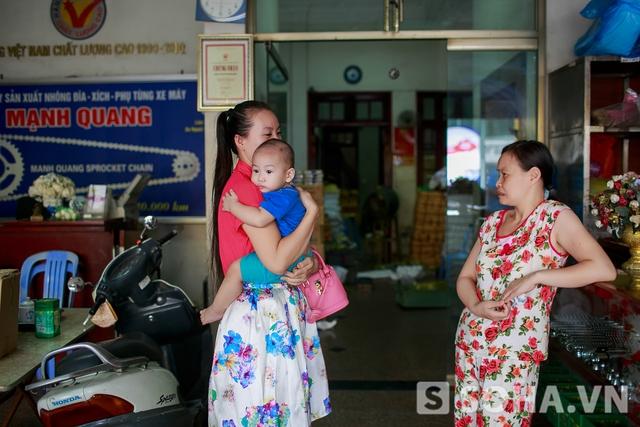 Vừa nhác thấy dáng mẹ, Kim Bum lập tức đòi bế. Kim Bum là con trai thứ ba của Thảo Hương, bé 16 tháng tuổi. Vì lúc mang thai bé, chị thường xuyên xem Gia đình là số một và thích nam diễn viên Kim Bum quá nên quyết định đặt tên con theo đó.