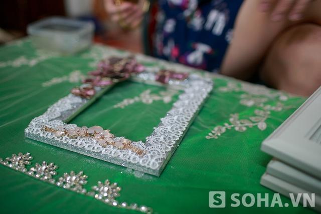 Một khung ảnh sắp hoàn thành dưới tay Thảo Hương. Với mỗi đám cưới khác nhau, chị sẽ tạo ra những khung ảnh với màu sắc khác nhau để phù hợp với sở thích của chủ nhân đám cưới. Thông thường ở ngoài thị trường, những khung làm sẵn tương tự có giá khoảng 700 ngàn đồng.
