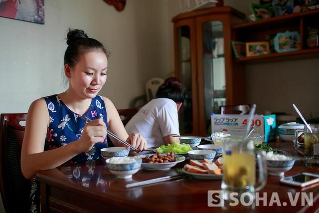 Xong công việc buổi sáng, Thảo Hương dùng bữa với em gái và nhân viên. Cũng như số đông phái đẹp, Thảo Hương rất quan tâm đến cân nặng. Thế nên, chị hạn chế dùng tinh bột, hầu như chỉ ăn thức ăn.