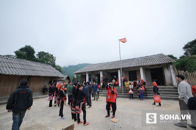 Từ trung tâm xã Tân Lập vào đến điểm trường Khá Thượng khoảng 8km đường đèo, núi, dốc, có nhiều suối, khó đi