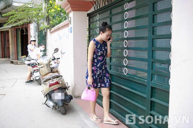 1h30 chiều, Thảo Hương cùng nhân viên ra khỏi nhà, di chuyển đến kho đồ đạc để chất đồ lên xe, chuẩn bị cho giờ làm việc buổi chiều.