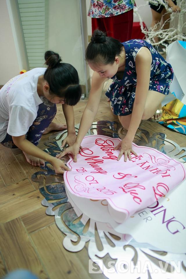 Không chỉ hướng dẫn, Thảo Hương còn chung tay vào làm cùng nhân viên. Đám cưới đầu tiên, tôi dường như phải làm tất cả mọi việc.
