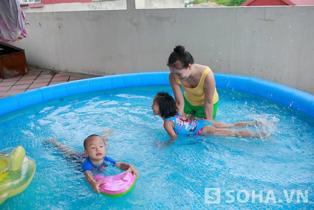 Khi Thảo Hương về nhà, con gái Long Tít (3 tuổi) và con gái Híp bé (4,5 tuổi) đã được thay đồ bơi. Chị nhanh chóng di chuyển lên tầng thượng để chơi đùa cùng các con. Hôm đó, vì Hà Nội có mưa, sợ con bị lạnh nên ba mẹ con chỉ vui đùa một lúc rồi nhanh chóng xuống nhà.
