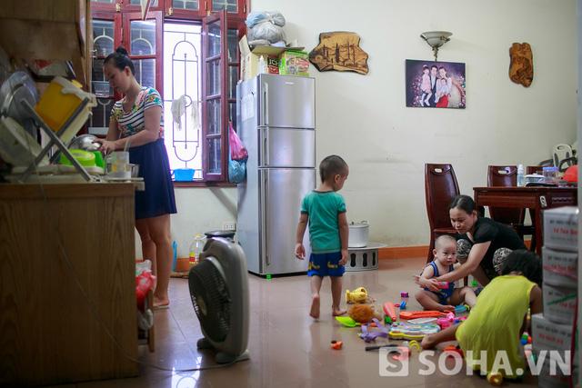 Khi những đứa trẻ về nhà là lúc nhà cửa lại bừa bộn. Chúng bày đồ chơi bất cứ nơi đâu có thể và thoải mái chơi đùa trong khi Thảo Hương đang vào bếp để chuẩn bị cơm tối.