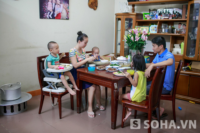 Vừa ăn, các bé vừa líu lo trò chuyện. Không khí bữa cơm nhờ thế cũng trở nên ấm áp.