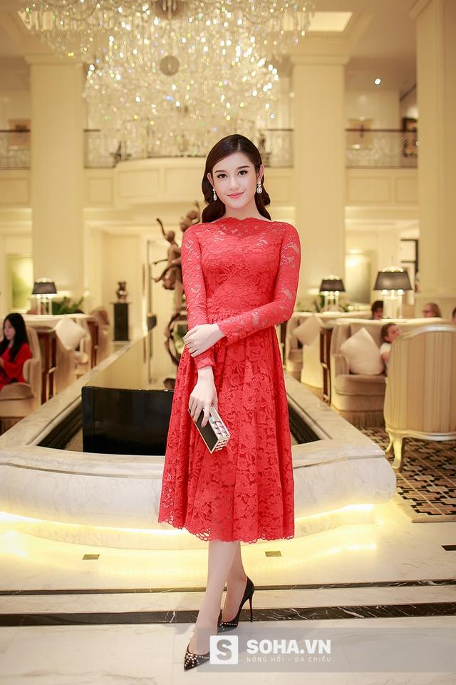 Tối qua (18/10), tại một sự kiện thời trang lớn ở Hà Nội có sự xuất hiện của Á hậu Huyền My với vai trò khách mời.