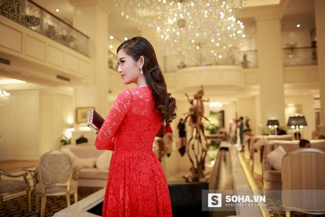 Cô chọn cho mình một chiếc váy ren đỏ đơn giản.
