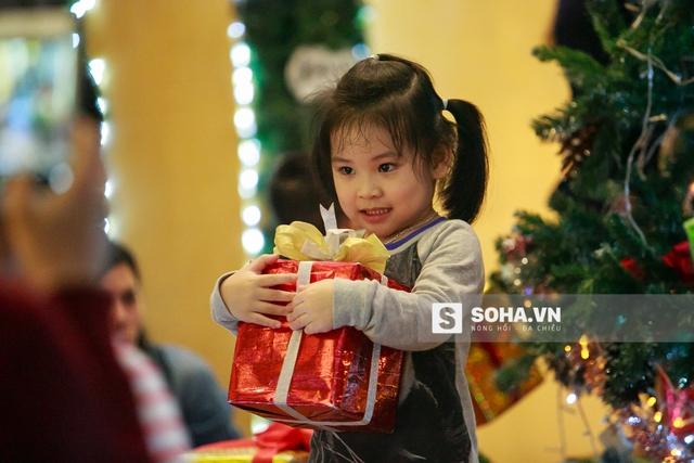 Được nhận quà của ông già Noel