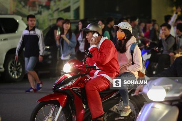 Ông già Noel chở bạn gái đi chơi nhé!