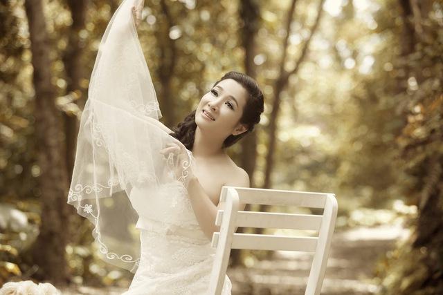 Lần đầu tiên được mặc áo cô dâu, Thanh Thanh Hiền rất hạnh phúc và không giấu được sự hồi hộp.