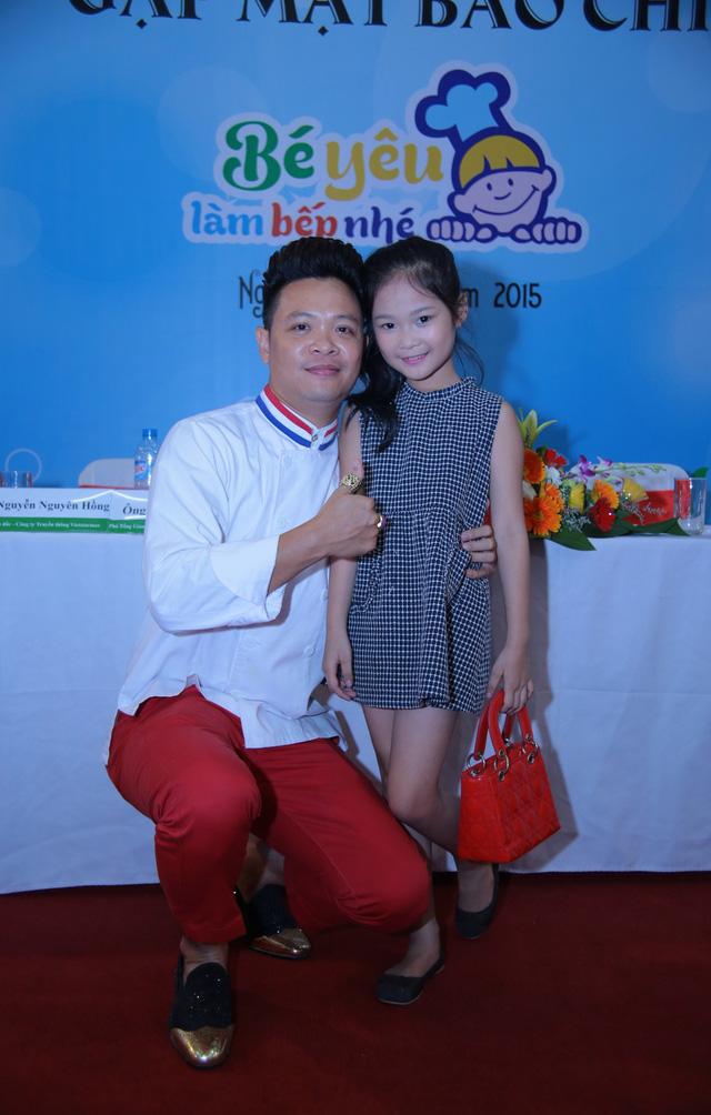Bé yêu làm bếp nhé mùa đầu tiên có sự tham gia của rất nhiều cái tên nhí nổi tiếng, trong đó có Top 10 siêu mẫu nhí Hà Thiên Trang.