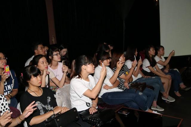 Trong khi anh trình diễn trên sân khấu thì ở bên dưới, rất nhiều người hâm mộ đã tranh thủ ghi lại những hình ảnh của thần tượng.