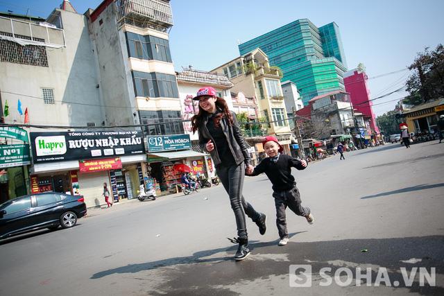 Hình ảnh 2 mẹ con Lưu Kỳ Hương tung tăng đi chợ đã quá quen thuộc với những người dân khu phố Nam Ngư. Nữ ca sĩ chia sẻ: Mình chạy show suốt, ít có thời gian cho con nên lúc đi chợ thế này cũng là lúc để 2 mẹ con dạo phố cùng nhau.