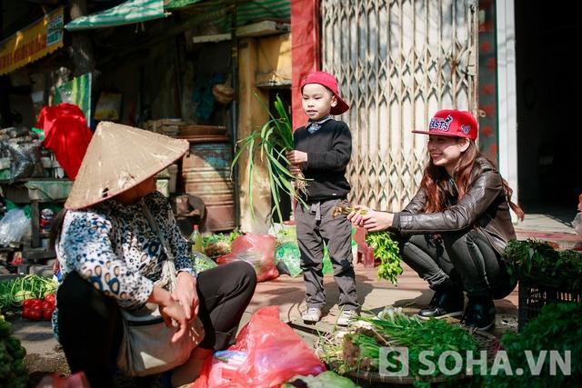 Bé Khang - Con trai Lưu Kỳ Hương - khá lanh lợi. Sau khi trao đổi với mẹ về những món sẽ ăn trong bữa trưa, cậu bé thoăn thoắt lựa rau, chọn gia vị cho các món ăn.