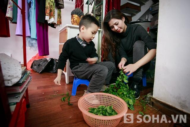 Mặc dù rất cưng chiều con, nhưng Lưu Kỳ Hương không muốn để con trở thành công tử bột. Chị tập cho bé Khang thói quen làm việc nhà, chia sẻ công việc cùng mẹ.
