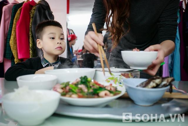 Bữa cơm trưa của mẹ con Lưu Kỳ Hương thường là những món khá đơn giản và không mất nhiều thời gian chế biến. Vì chị thậm chí còn không có thời gian nghỉ trưa.
