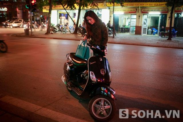 Buổi tối, Lưu Kỳ Hương thường chạy show phòng trà. Nếu điểm diễn ở Hà Nội, chị di chuyển bằng xe máy để vừa tiết kiệm mà lại chủ động nữa!