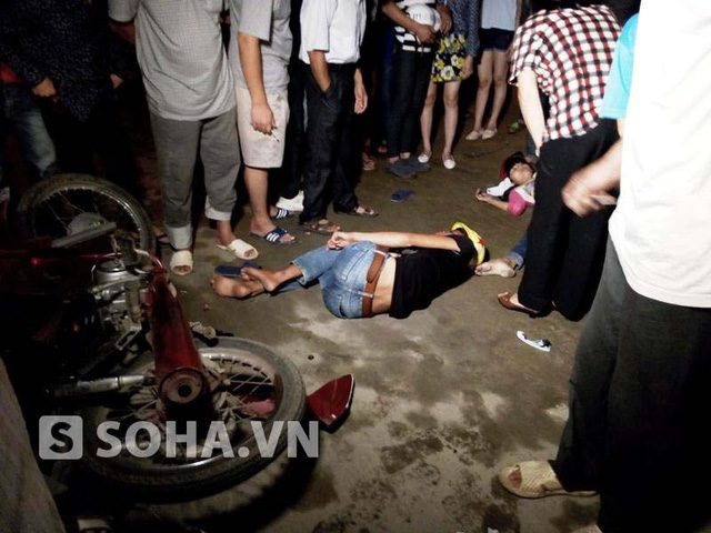 4 nạn nhân cũng bị hất văng xuống đường.