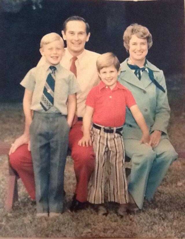 Bức ảnh chân dung toàn bộ thành viên gia đình phi hành gia Charles Duke