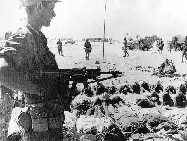 Binh sĩ Israel canh gác những người lính Ai Cập bị bắt làm tù binh.