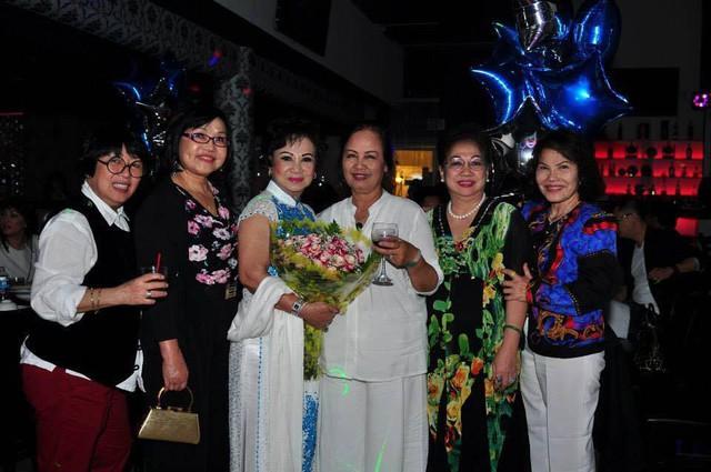 Mẹ của Trizzie Phương Trinh bên bà thông gia và những người bạn thân.
