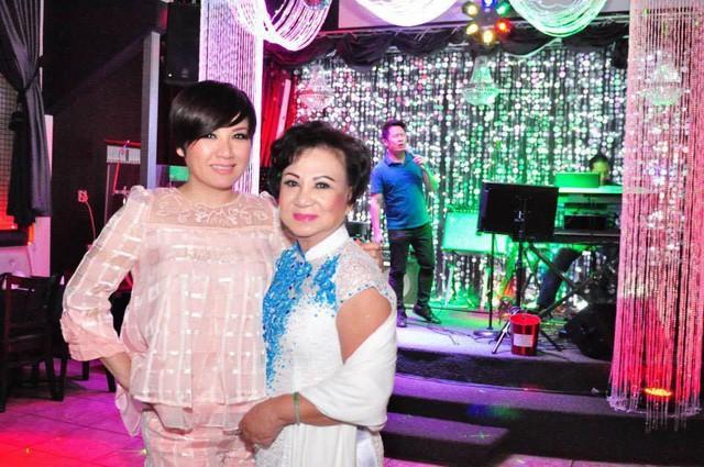 Chú thích về bức ảnh này trên trang cá nhân, Trizzie Phương Trinh viết: Đêm qua làm tiệc sinh nhật cho Mẹ có cả một nam danh ca đến hát tặng sinh nhật cho Mẹ mình đấy.