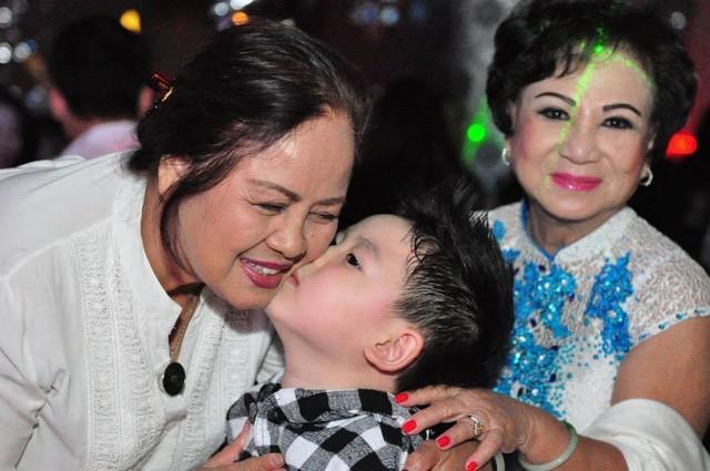 Con trai của Bằng Kiều hôn má bà nội.