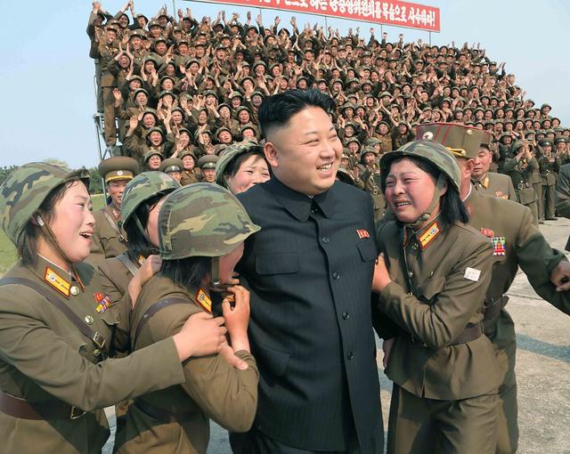 Các nữ quân nhân bật khóc khi đứng cạnh Kim Jong Un. Những hình ảnh như thế này không hề khó tìm thấy ở Triều Tiên.